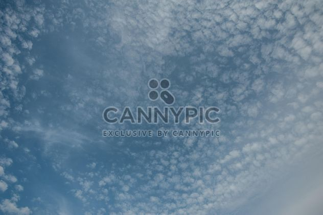 Background of blue sky with clouds - image gratuit #347287