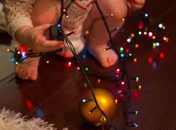 Christmas garland in hands of child - image #347777 gratis