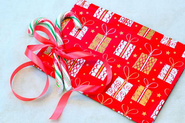 Christmas candies tied with ribbon and gift - бесплатный image #347807