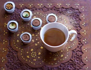 Cup of tea and chocolate candies - бесплатный image #347957