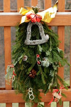 Christmas decoration on wooden fence - image #348437 gratis