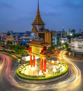 The Gateway Arch and Golden Buddha Temple - image #365607 gratis