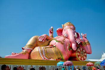 Big Pink statue of Hindu god Ganesh - image #380497 gratis