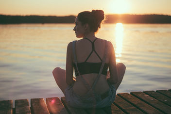 Girl sitting on a pier - image gratuit #389467