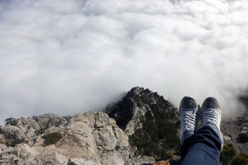Sitting on the edge of the mountain with feet over an abyss. Ai-Petri mountain, Crimea - бесплатный image #446867