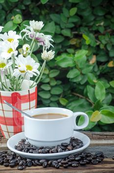 Coffee beans, cup of coffee and flowers - image gratuit #452397