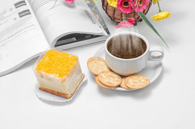 Cup of coffee with crackers, dessert and book - Kostenloses image #452437