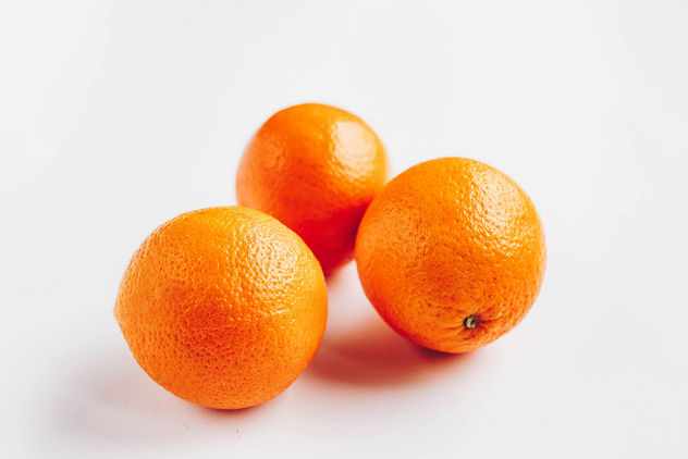 Group of three oranges on white background - image #453047 gratis