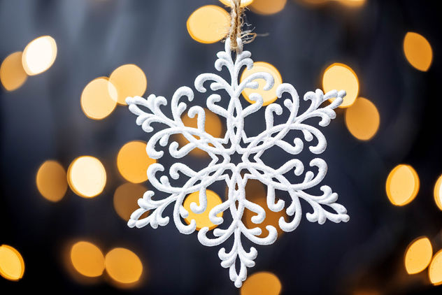 Beautiful snowflake on the background of Golden bokeh - бесплатный image #456697