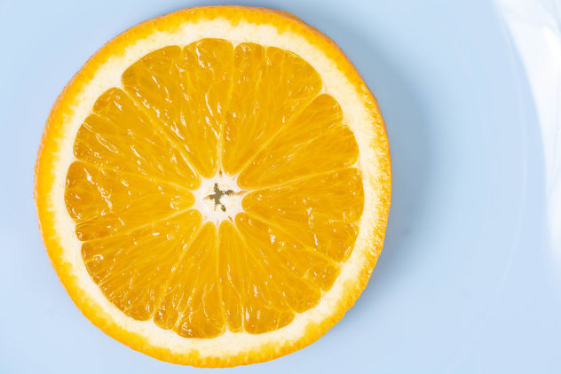 Flat lay above sliced Orange fruit on the blue plate (Flip 2019) - image #462257 gratis
