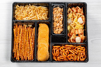 Top view of various beer snacks small pretzels, peanuts, potato chips - image gratuit #464117