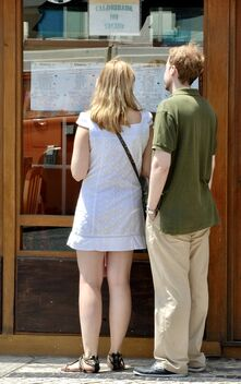 Tourist couple choosing the meal at a restaurant - бесплатный image #470377