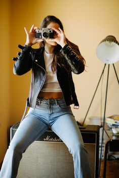 Hipster girl is taking pictures with an old camera. - Kostenloses image #478937